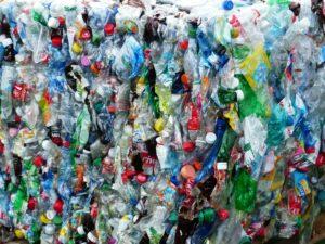 Massenhafte Verwendung von Plastik (hier: Plastikflaschen)